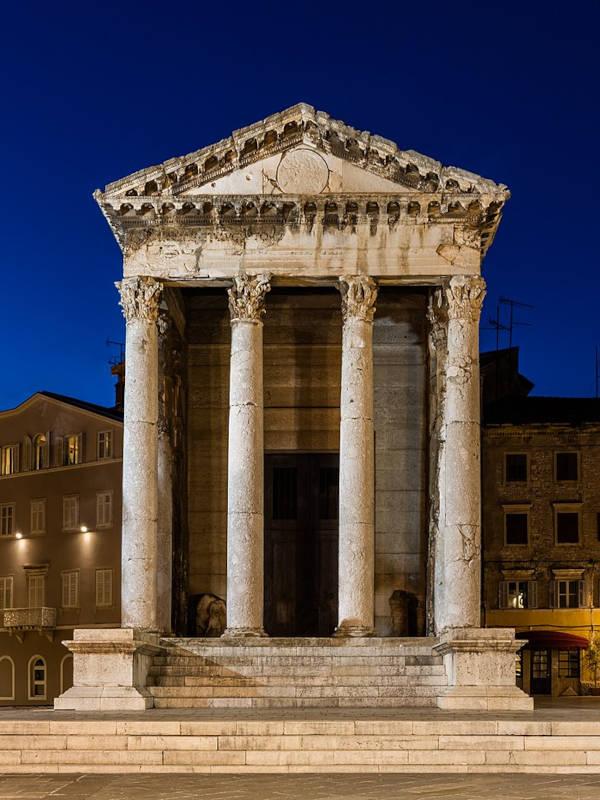 temple romain dédié à Auguste de nuit